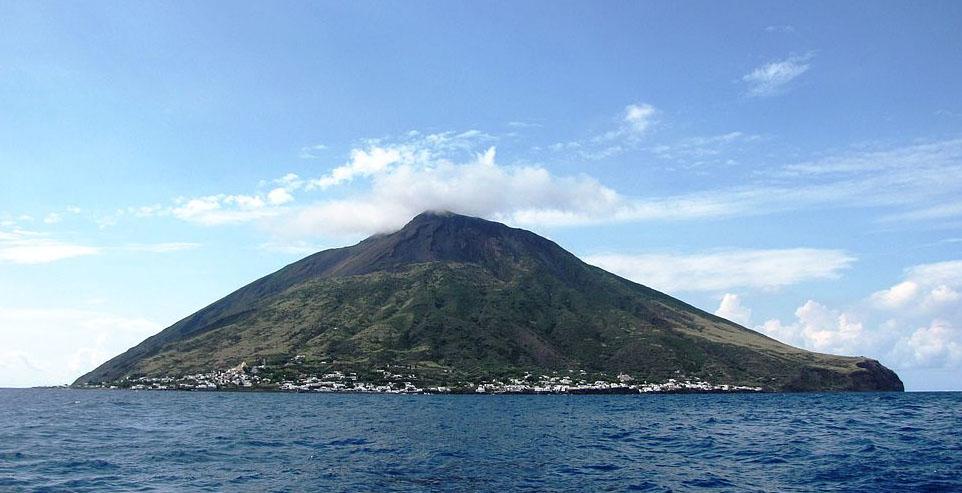 L'isola di Stromboli (wikipedia)