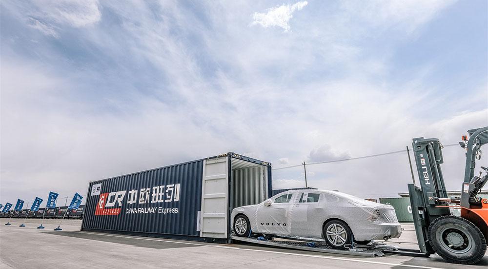 Una volvo S90 caricata su container nella fabbrica Volvo di Daqing, in Cina