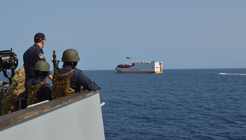 Fucilieri di San Marco osservano Grande Dakar
