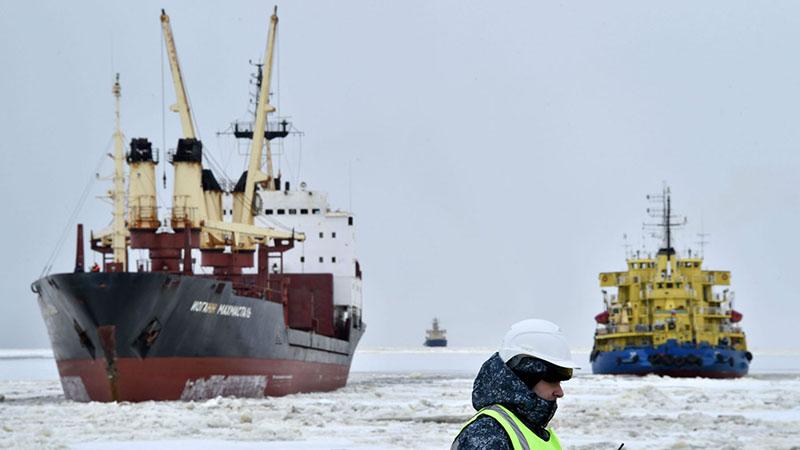 Una rompighiaccio, anticipata da un mercantile, in ingresso nel porto di Sabetta, in Russia, maggio 2016 (Kirill Kudryavtsev/AFP/Getty Images)