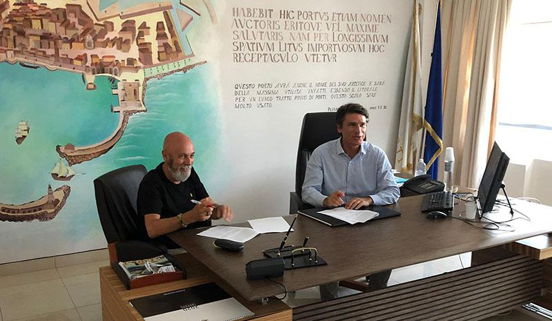 Il sindaco di Civitavecchia, Ernesto Tedesco, e il presidente del porto, Francesco Maria di Majo, firmano l'accordo