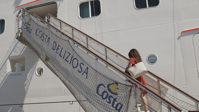 Un passeggero si imbarca a bordo di Costa Deliziosa, a Trieste, il 6 settembre 2020