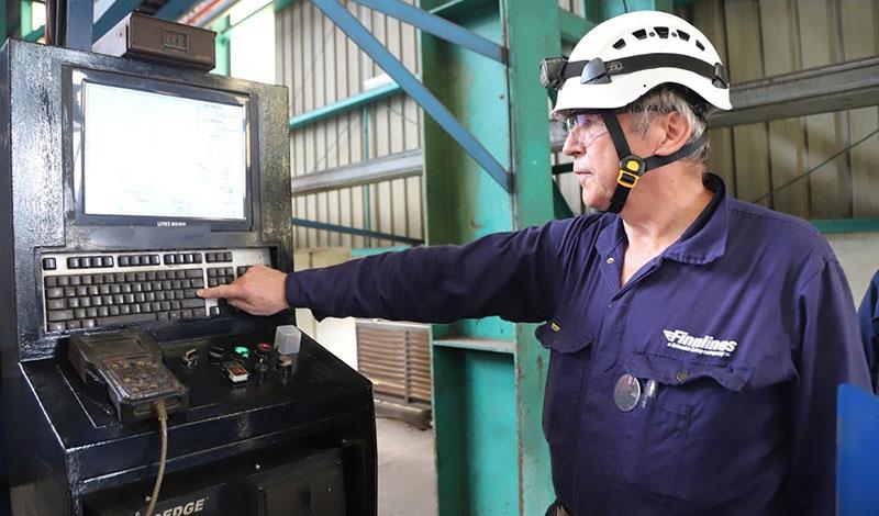 Olli Leino, ingegnere capo di Finnlines, taglia la prima lamiera di Finneco II