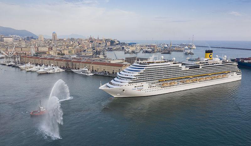 Costa Diadema lascia il porto di Genova, salutata dai rimorchiatori