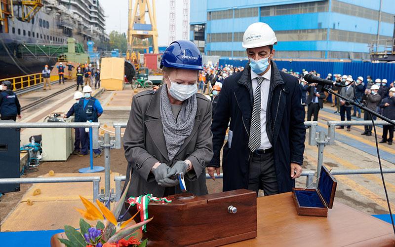 Cyril Tatar, vicepresidente New Building di Holland America Group, taglia il nastro affiancata da Antonio Quintano, direttore del cantiere Fincantieri di Marghera.