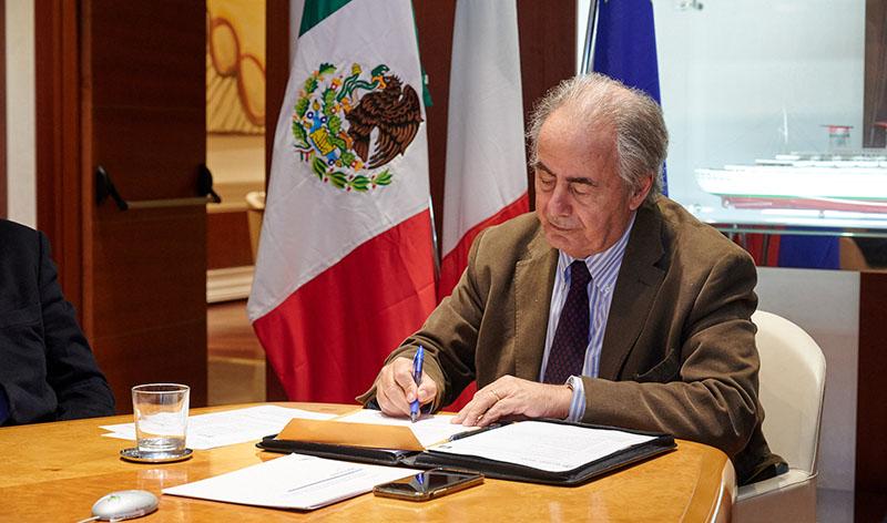Ernesto Herrera Novelo, ministro dello Sviluppo Economico e del Lavoro dello Yucatán, firma la lettera d'intenti