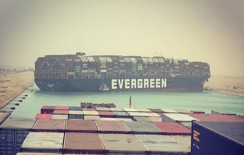 Ever Given di traverso, incagliata nel canale di Suez (fallenhearts17/Instagram)