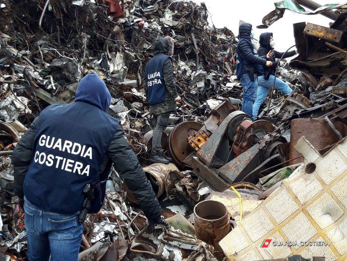 Augusta, personale della Guardia Costiera italiana che ispeziona rifiuti pronti ad essere imbarcati su navi porta rinfuse