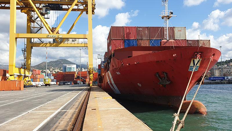 """La portacontainer """"Max"""" all'Intermodal Marine Terminal di Genova"""